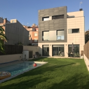 Fachada posterior y jardín